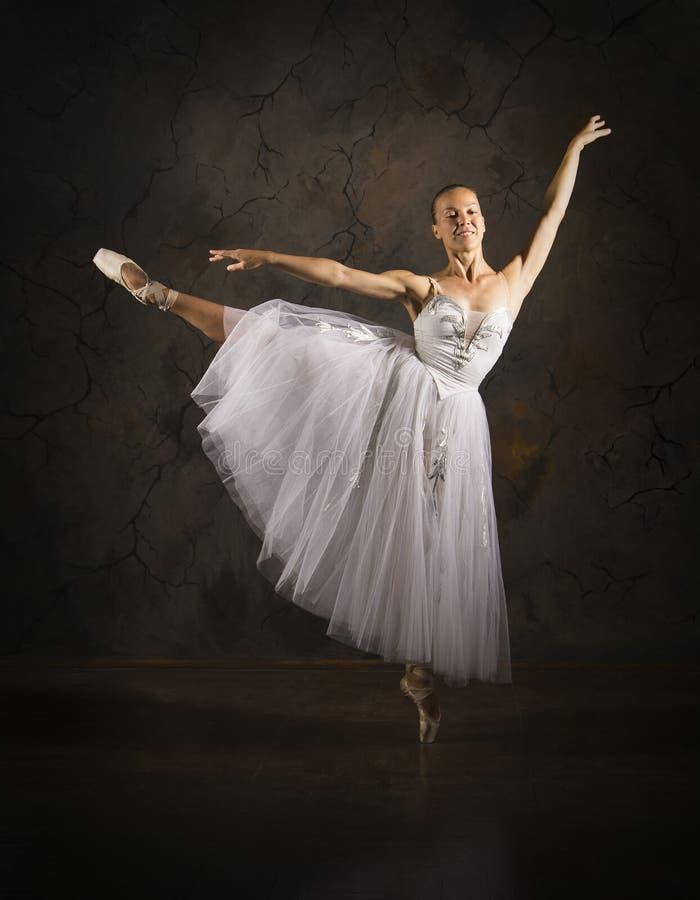 Λεπτή κοπέλα με λευκό μπαλέτο χορεύτριας στοκ φωτογραφίες με δικαίωμα ελεύθερης χρήσης