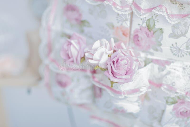 Λεπτή σύνθεση των τριαντάφυλλων σε έναν πίνακα γυαλιού στοκ εικόνες