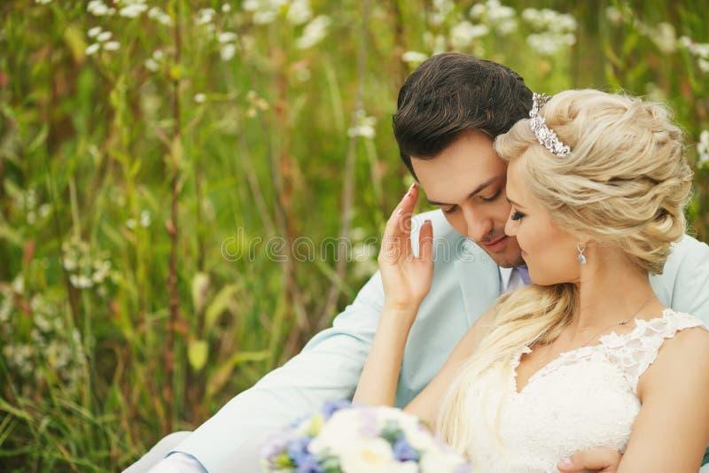 Λεπτοί νύφη και νεόνυμφος στοκ φωτογραφία με δικαίωμα ελεύθερης χρήσης