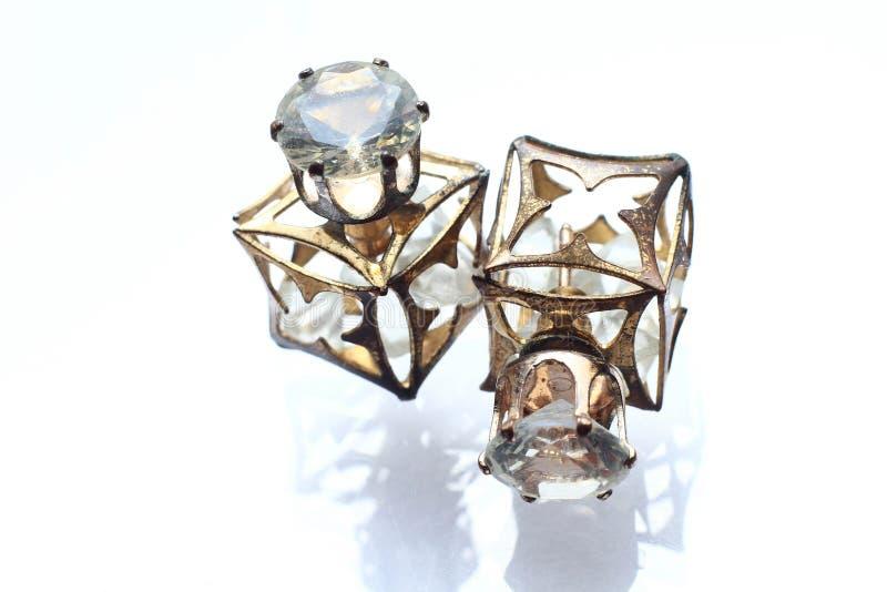 Λεπτοκαμωμένα σκουλαρίκια κοσμήματος με τα διαμάντια στο άσπρο μαργαριτάρι στοκ εικόνες