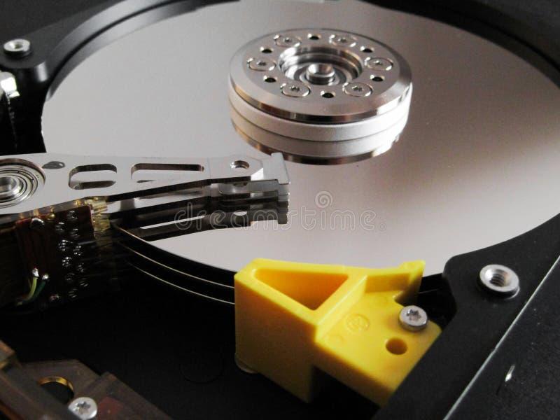 Λεπτομέρεια από έναν ανοιγμένο σκληρό δίσκο στοκ εικόνα με δικαίωμα ελεύθερης χρήσης
