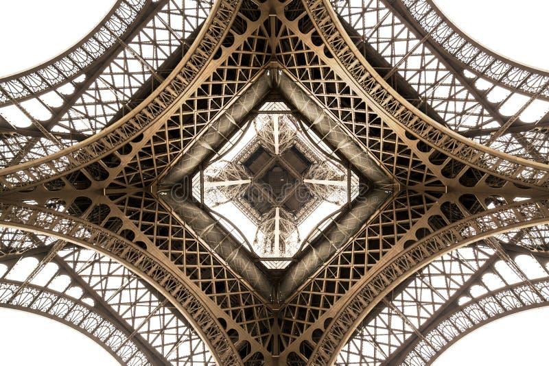 Λεπτομέρεια αρχιτεκτονικής πύργων του Άιφελ, κατώτατη άποψη Μοναδική γωνία στοκ εικόνες