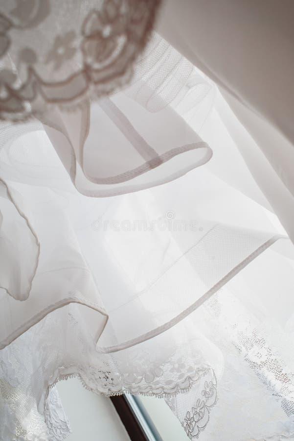 Λεπτομέρεια γαμήλιων φορεμάτων - φωτογραφία κινηματογραφήσεων σε πρώτο πλάνο στοκ φωτογραφία