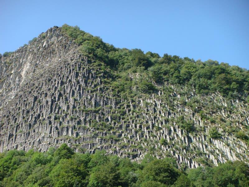 Λεπτομέρεια ενός βουνού του βασάλτη με κιονοειδές να ενώσει των Auvergne ηφαιστείων στη Γαλλία, ενδιαφέρουσα γεωλογική άποψη στοκ εικόνες