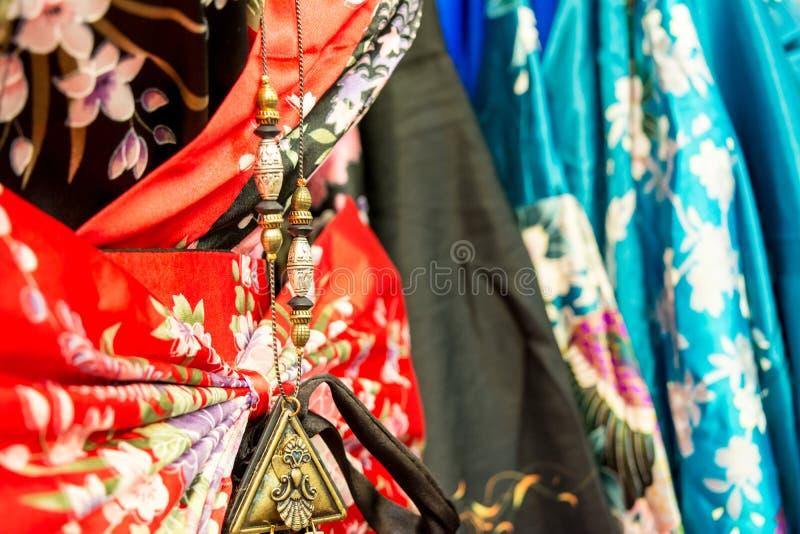 λεπτομέρεια ενός κινεζικού περιδεραίου στα κινεζικά φορέματα στην αγορά στοκ φωτογραφία