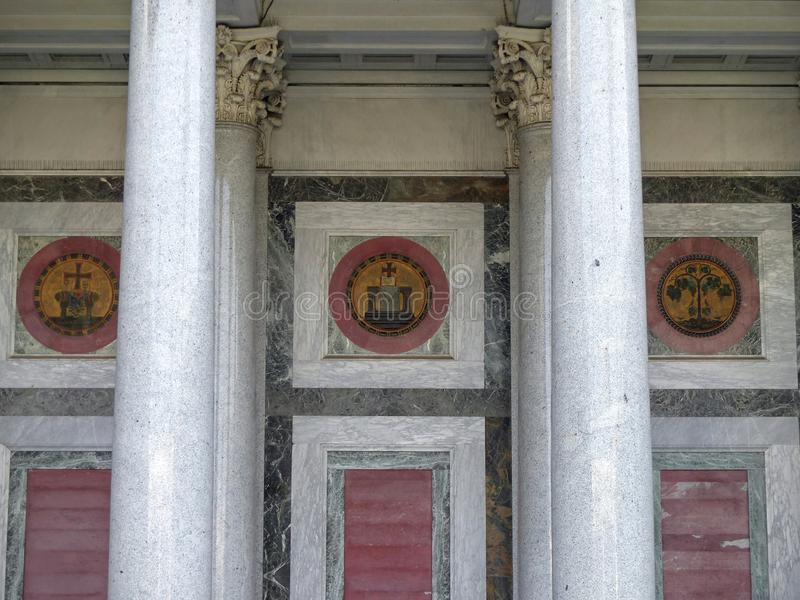 Λεπτομέρεια ενός μαρμάρινου διακοσμημένου τοίχου της βασιλικής του Saint-Paul έξω από τους τοίχους στη Ρώμη, Ιταλία στοκ φωτογραφία με δικαίωμα ελεύθερης χρήσης