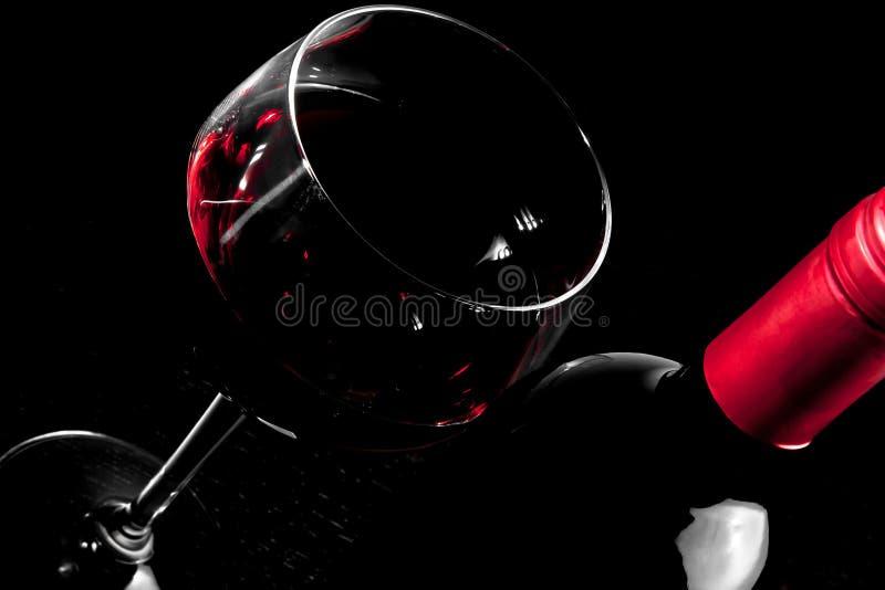 Λεπτομέρεια ενός μπουκαλιού κόκκινου κρασιού και ενός ποτηριού του κρασιού στοκ φωτογραφία με δικαίωμα ελεύθερης χρήσης
