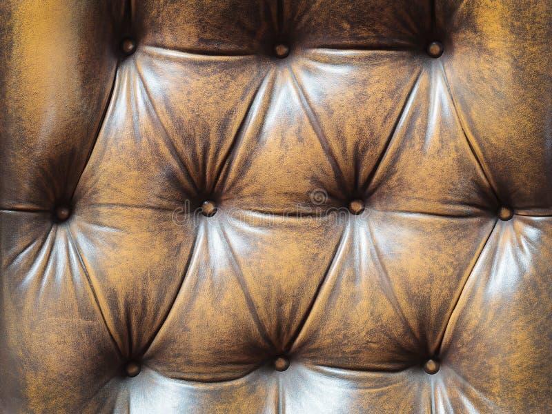 Λεπτομέρεια ενός παλαιού καφετιού καναπέ με τα κουμπιά στοκ εικόνα με δικαίωμα ελεύθερης χρήσης