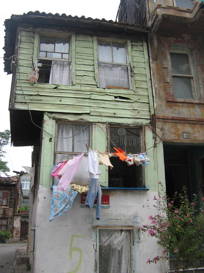 Λεπτομέρεια ενός παλαιού ξύλινου φτωχού κτηρίου στη Ιστανμπούλ στην Τουρκία στοκ φωτογραφία με δικαίωμα ελεύθερης χρήσης