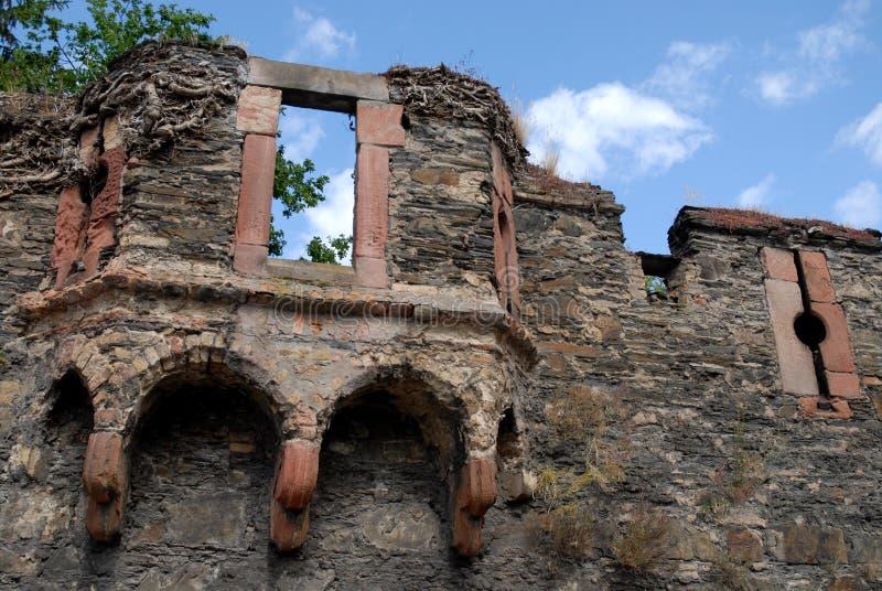 Λεπτομέρεια ενός τμήματος των αρχαίων τοίχων κοντά σε Bacharach κατά μήκος της κοιλάδας του Ρήνου στη Γερμανία στοκ φωτογραφία