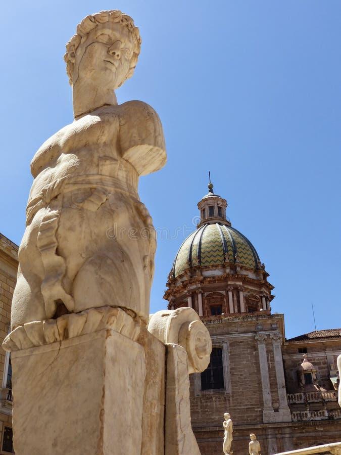 Λεπτομέρεια και πρώτο πλάνο ενός αγάλματος μιας πηγής της Πρετόρια με το θόλο μιας εκκλησίας πίσω στο Παλέρμο, Σικελία, Ιταλία στοκ φωτογραφίες με δικαίωμα ελεύθερης χρήσης