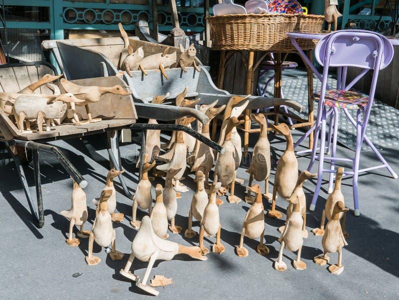 Λεπτομέρεια καταστημάτων του Παρισιού: Ξύλινοι πάπιες και χοίροι που επιδεικνύονται στο πεζοδρόμιο στοκ φωτογραφία