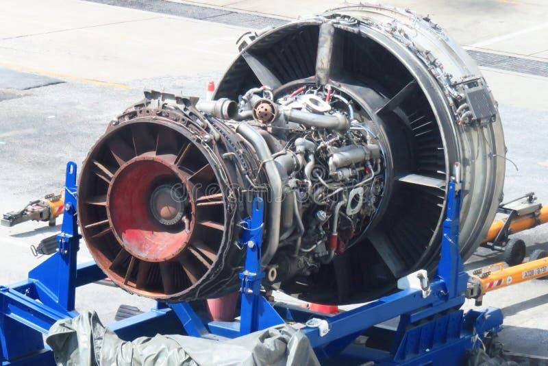 Λεπτομέρεια μηχανών στροβίλων αερίου αεροπλάνων στο υπόστεγο αεροπορίας στοκ φωτογραφίες