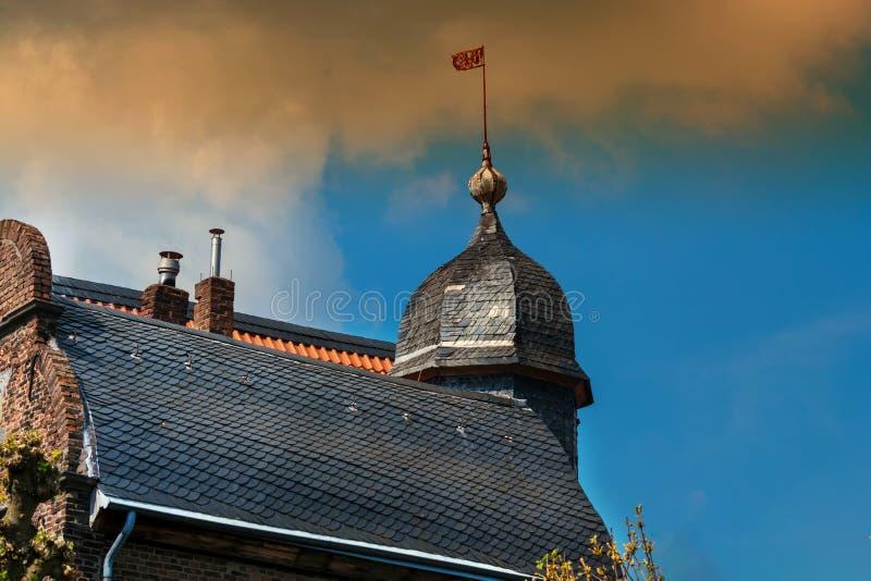 Λεπτομέρεια μιας άποψης σπιτιών με καιρικό vane στοκ φωτογραφίες