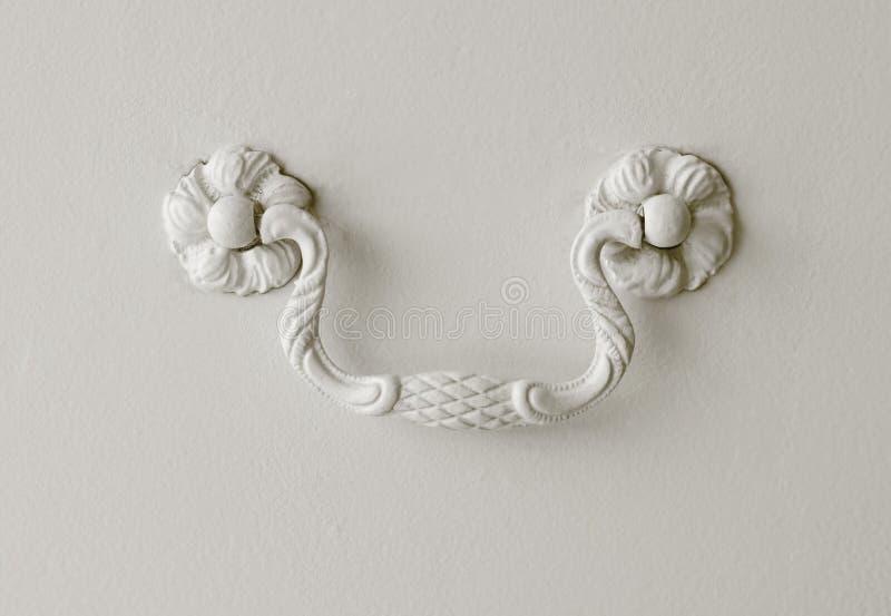 Λεπτομέρεια μιας λαβής συρταριών που διακοσμείται στο λευκό στοκ εικόνες με δικαίωμα ελεύθερης χρήσης