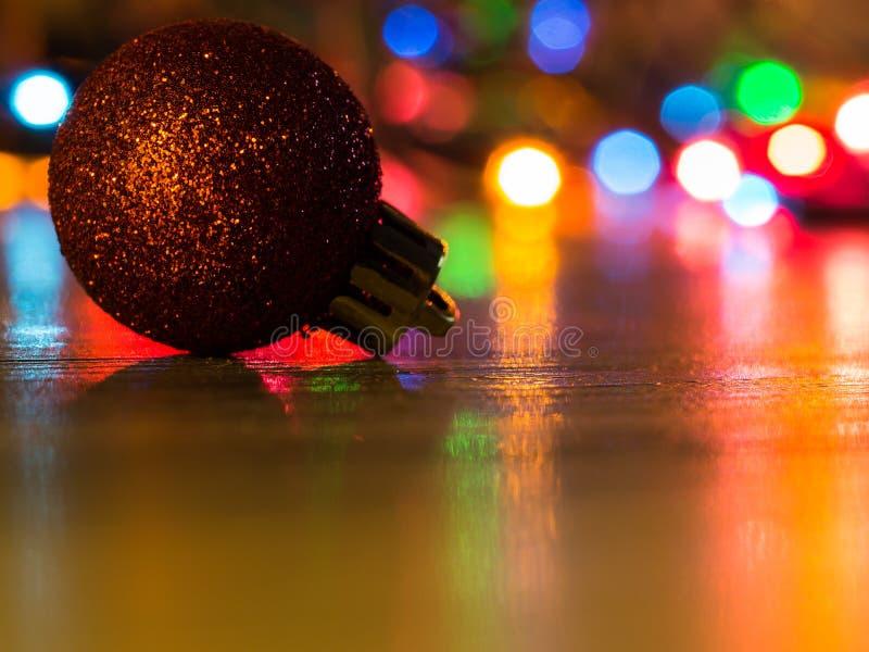 Λεπτομέρεια μιας διακόσμησης και των φω'των Χριστουγέννων στο υπόβαθρο στοκ φωτογραφία με δικαίωμα ελεύθερης χρήσης