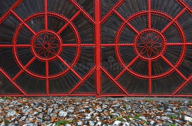 Λεπτομέρεια μιας κόκκινης σφυρηλατημένης μεταλλικής πύλης στοκ φωτογραφίες με δικαίωμα ελεύθερης χρήσης