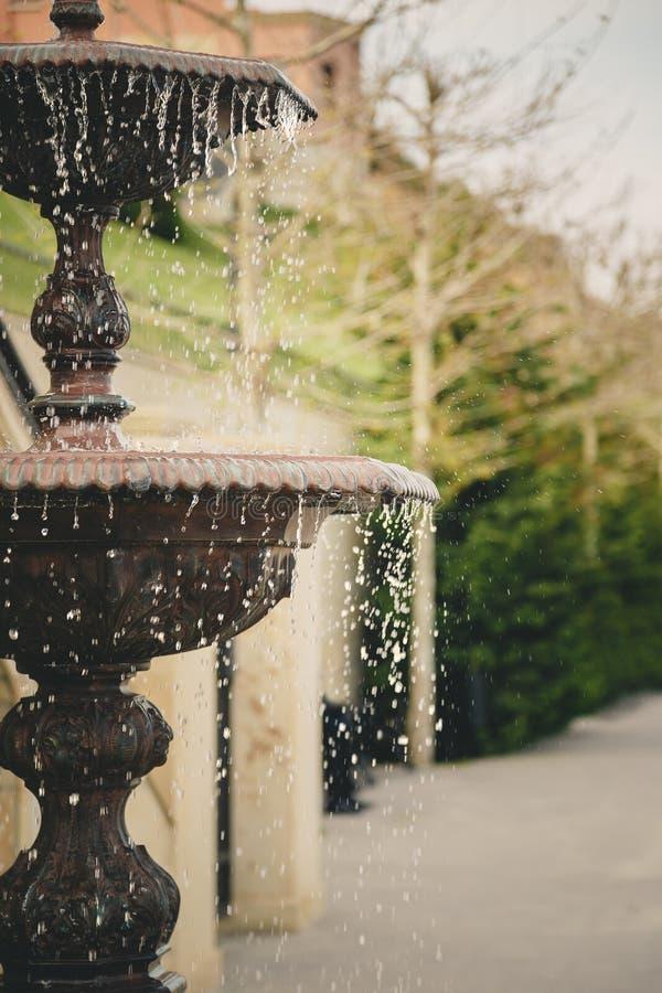Λεπτομέρεια μιας παλαιάς κλασικής πηγής ύφους με το ρέοντας νερό Υπαίθρια πηγή κήπων στοκ φωτογραφίες