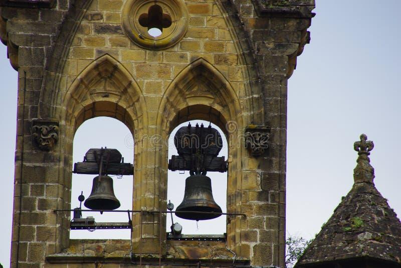 Λεπτομέρεια πύργων κουδουνιών μιας εκκλησίας, με αυτά τα δύο κουδούνια στοκ φωτογραφίες με δικαίωμα ελεύθερης χρήσης