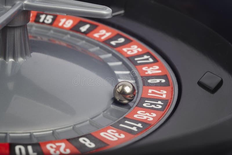 Λεπτομέρεια ρουλετών χαρτοπαικτικών λεσχών με τη σφαίρα σε αριθμό δέκα τρεις παιχνίδι στοκ εικόνα με δικαίωμα ελεύθερης χρήσης
