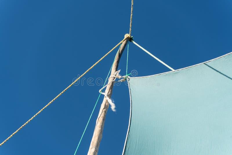 Λεπτομέρεια στην πιρόγα - μικρή βάρκα που χρησιμοποιείται στη Μαδαγασκάρη - mainsail ουρανός blea φλόκων στο υπόβαθρο στοκ φωτογραφία με δικαίωμα ελεύθερης χρήσης