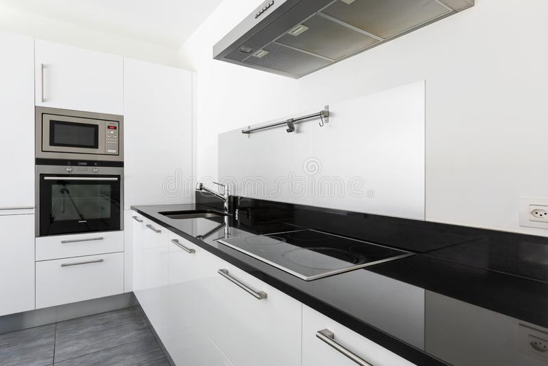 Λεπτομέρεια της άσπρης σύγχρονης κουζίνας με τις πιό πρόσφατες συσκευές παραγωγής στοκ φωτογραφίες με δικαίωμα ελεύθερης χρήσης