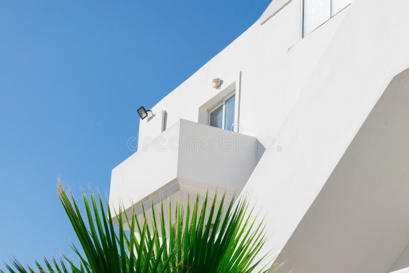 Λεπτομέρεια της αρχιτεκτονικής οικοδόμησης των σύγχρονων ελληνικών, με το μπαλκόνι και το παράθυρο στοκ εικόνα