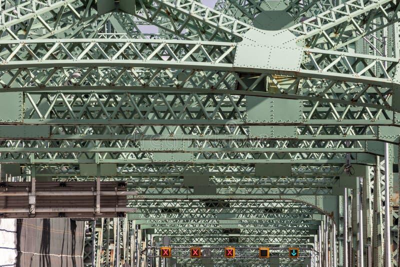 Λεπτομέρεια της γέφυρας Pont Ζακ Cartier που λαμβάνεται σε Longueuil στην κατεύθυνση του Μόντρεαλ, στο Κεμπέκ, Καναδάς, στο απόγε στοκ εικόνες