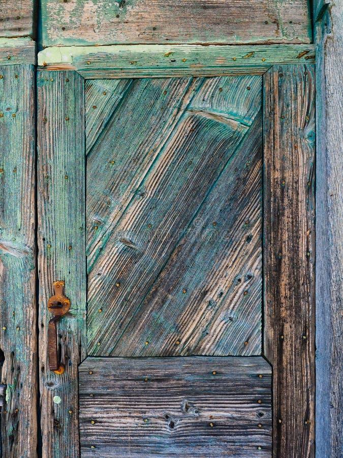 Λεπτομέρεια της κατασκευασμένης παλαιάς μπλε χρωματισμένης ξύλινης πόρτας στοκ εικόνα με δικαίωμα ελεύθερης χρήσης