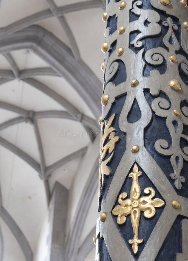 Λεπτομέρεια της κιονοστοιχίας και της εσωτερικής κάλυψης του καθεδρικού ναού StGeorg σε Nordlingen Μπλε και άσπροι χρυσοί και χρω στοκ εικόνες με δικαίωμα ελεύθερης χρήσης