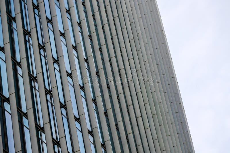 Λεπτομέρεια της κορυφής ενός κτιρίου γραφείων στοκ φωτογραφίες