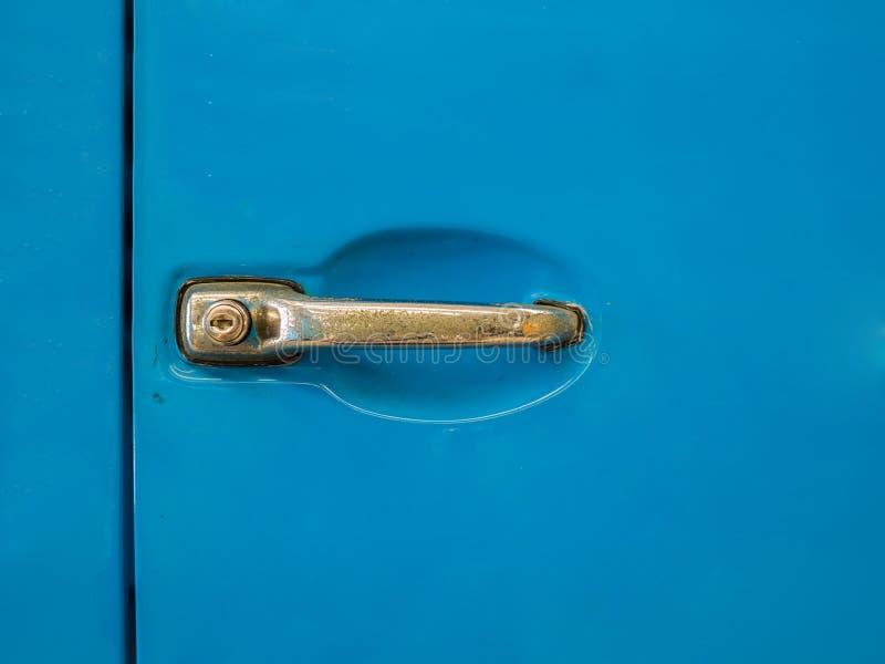 Λεπτομέρεια της κλασικής μπλε πόρτας αυτοκινήτων στοκ εικόνες