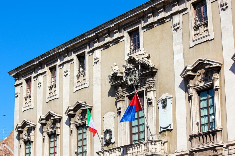 Λεπτομέρεια της μπροστινής πρόσοψης του ιστορικού Δημαρχείου στην Κατάνια, Σικελία, Ιταλία Στο μπαλκόνι υπάρχει ιταλικός κυματισμ στοκ φωτογραφίες