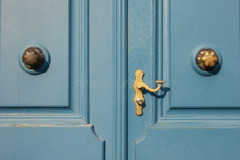 Λεπτομέρεια της παλαιάς μπλε πόρτας με χρυσό doorknob στο Ντίσελντορφ, μικρόβιο στοκ φωτογραφίες με δικαίωμα ελεύθερης χρήσης