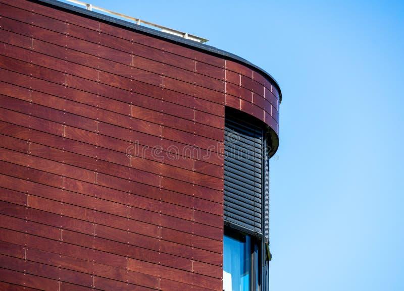 Λεπτομέρεια της στρογγυλευμένης γωνίας ενός μεγάλου κτηρίου, περίληψη στοκ φωτογραφίες με δικαίωμα ελεύθερης χρήσης