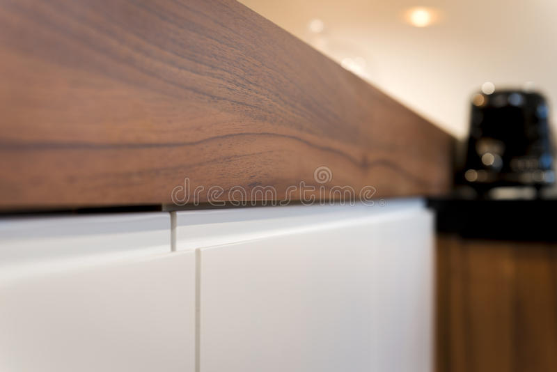 Λεπτομέρεια της σύγχρονης θέσης αποθήκευσης αμπέλων του ξύλινου μετρητή κουζινών στοκ εικόνες