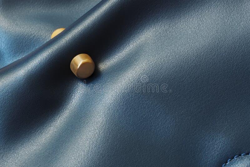 Λεπτομέρεια της τσάντας δέρματος γυναικών ` s του μπλε χρώματος, χρυσό ντεκόρ μεταλλινών, σύσταση στοκ φωτογραφίες με δικαίωμα ελεύθερης χρήσης