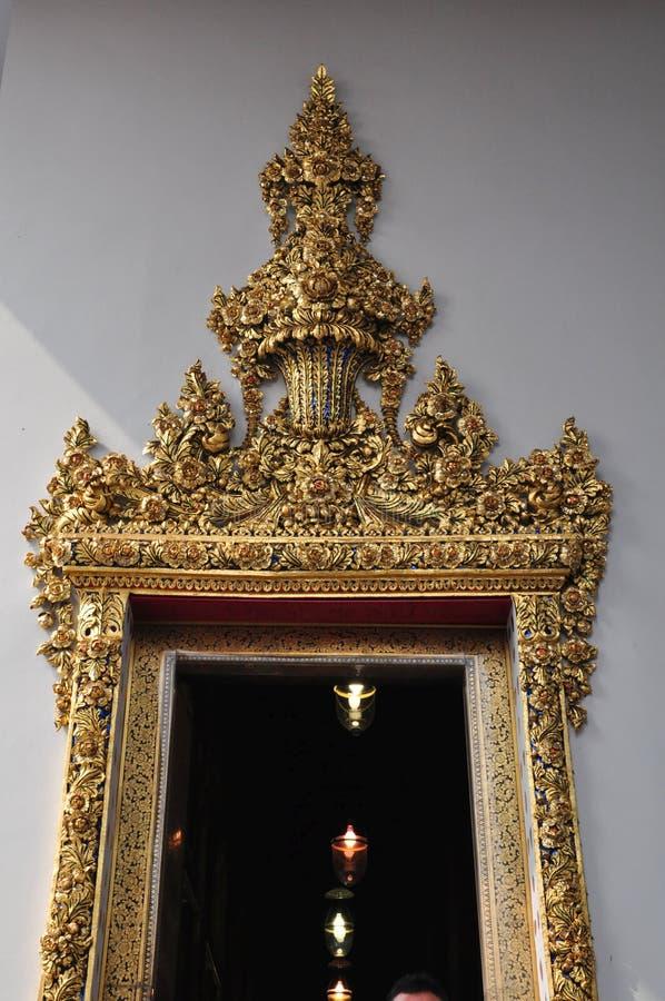 Λεπτομέρεια της όμορφης πόρτας σε Wat Pho, Μπανγκόκ, Ταϊλάνδη στοκ φωτογραφίες