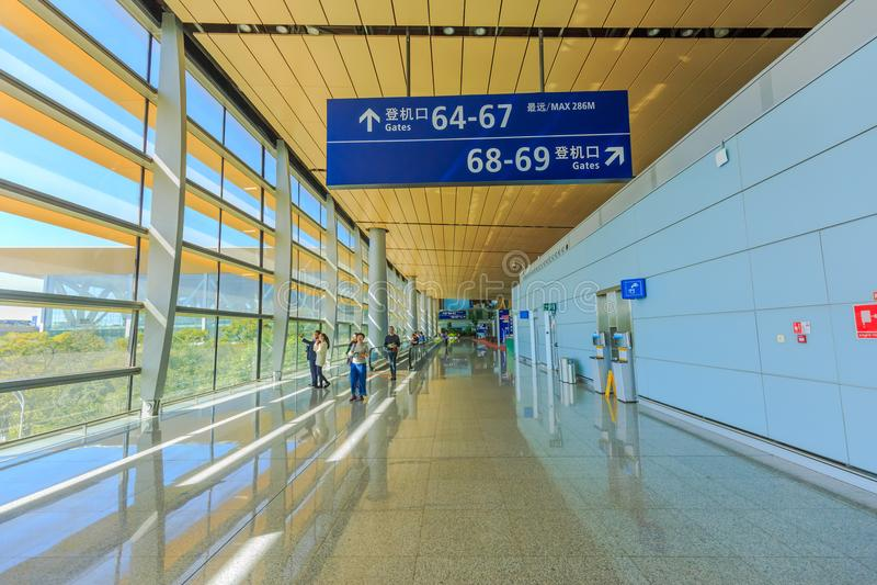 Λεπτομέρεια του εσωτερικού ο αερολιμένας changshui όπου οι επιβάτες παίρνουν έτοιμοι για τις αναχωρήσεις τους στοκ φωτογραφίες