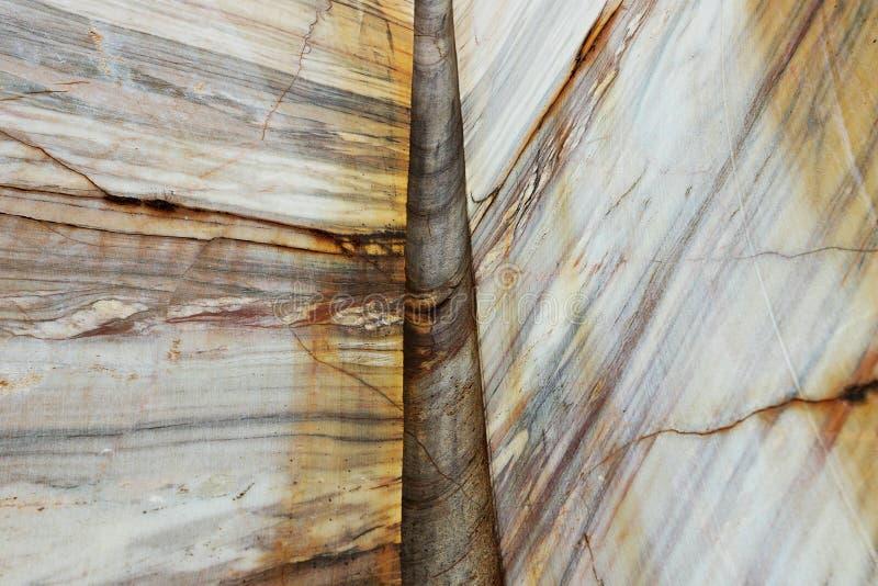 Λεπτομέρεια του μαρμάρινου τοίχου στο λατομείο στοκ εικόνα