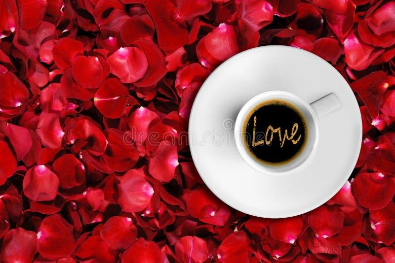 Λεπτομέρεια του μεγάλου ιταλικού καφέ espresso σε ένα άσπρο φλυτζάνι, κορυφή της άποψης με τη μορφή λέξης αγάπης αφρού στοκ εικόνες