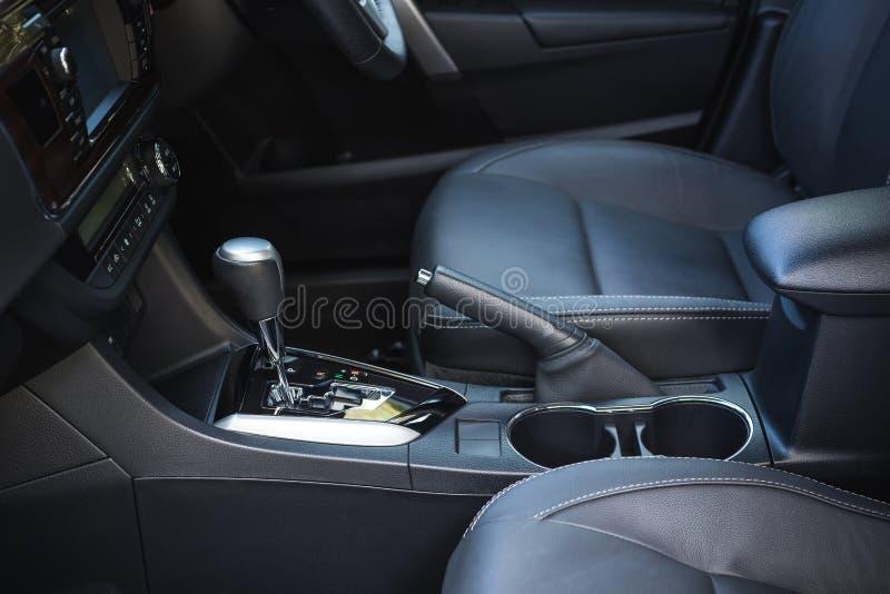 Λεπτομέρεια του νέου σύγχρονου εσωτερικού αυτοκινήτων στοκ εικόνα