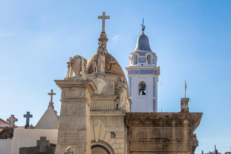 Λεπτομέρεια του νεκροταφείου Recoleta και Church Basilica de Nuestra Senora Del του τριχώδους πύργου - Μπουένος Άιρες, Αργεντινή στοκ φωτογραφία