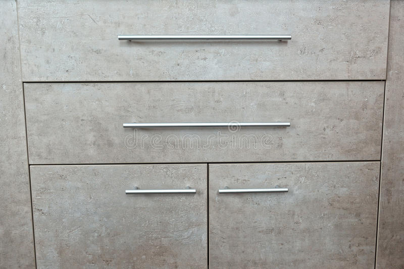 Λεπτομέρεια του ξύλινου γκρίζου στήθους των συρταριών και της πόρτας σε ένα δωμάτιο στοκ φωτογραφίες με δικαίωμα ελεύθερης χρήσης