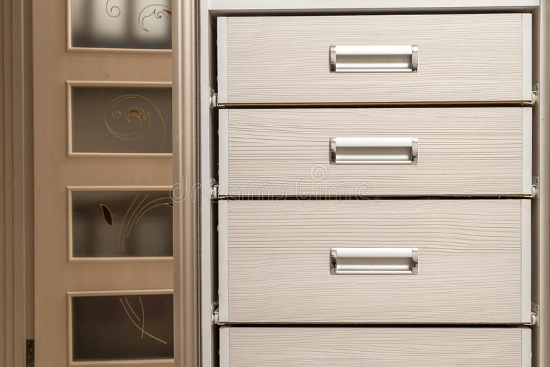 Λεπτομέρεια του ξύλινου στήθους γραφείων επίπλων με το μέτωπο συρταριών στοκ φωτογραφία με δικαίωμα ελεύθερης χρήσης