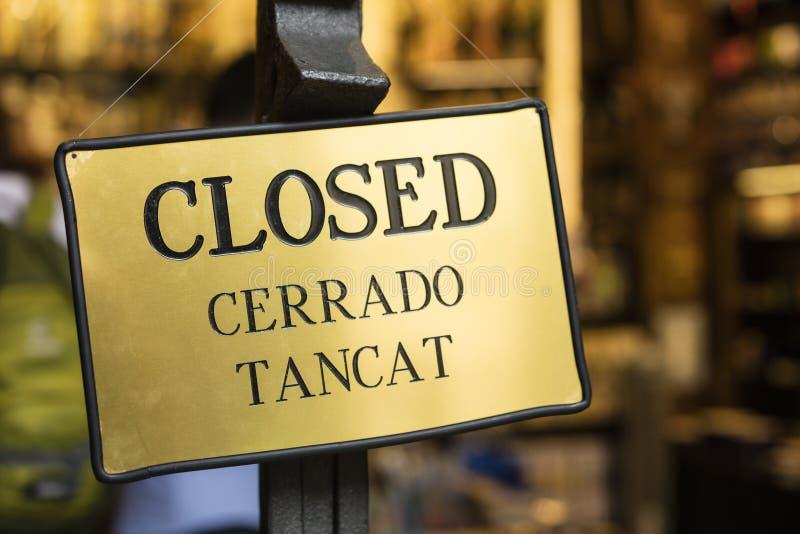 Λεπτομέρεια του χρυσού κλειστού σημαδιού, που γράφεται στα αγγλικά, ισπανικά και το ασβέστιο στοκ φωτογραφία με δικαίωμα ελεύθερης χρήσης