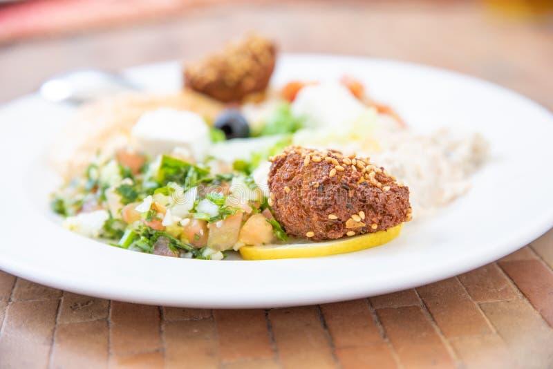 Λεπτομέρεια του falafel στο άσπρο πιάτο με το mezze ή επιλογή χαρακτηριστικού στοκ εικόνα
