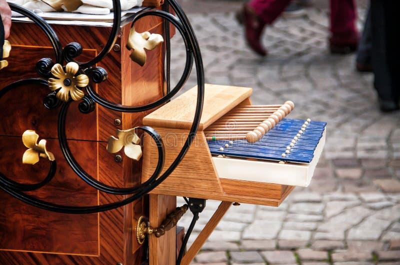 Λεπτομέρεια του hurdy-gurdy στο υπόβαθρο οδών στοκ εικόνες