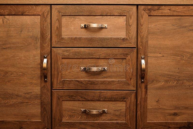 Λεπτομέρεια των διακοσμημένων συρταριών επίπλων παλαιό συρτάρι - διάταξη απόσβεσης στοκ εικόνα με δικαίωμα ελεύθερης χρήσης