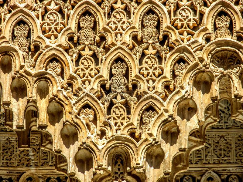 Λεπτομέρεια των περίπλοκων σχεδίων σε έναν τοίχο του Alhambra παλατιού στη Γρανάδα, Ισπανία στοκ εικόνες